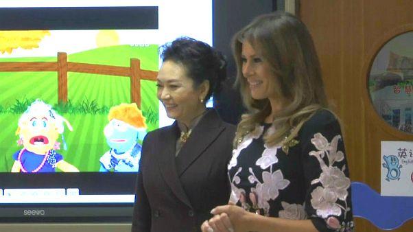 Melania Trump e Ping Liyuan visitam escola primária