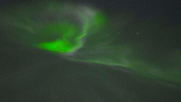 أضواء الشفق القطبي المبهرة تضيء سماء فنلندا