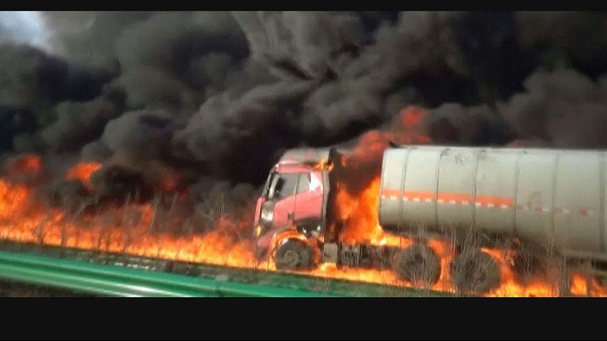 Spectaculaire incendie sur une route en Chine