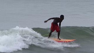 Des jeunes à l'école du Surf au Liberia [no comment]