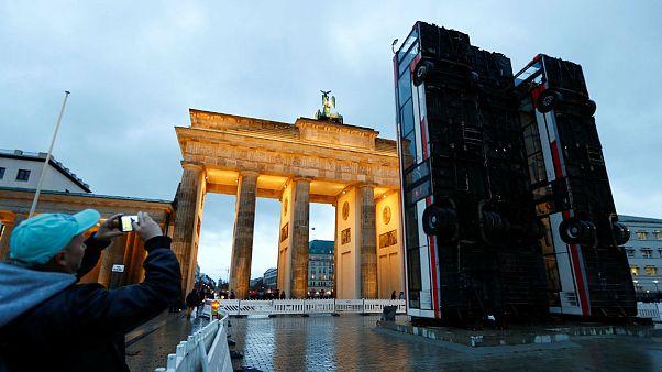 """""""Monument"""" - Drei 12 Meter hohe Busse aus Syrien in Berlin"""