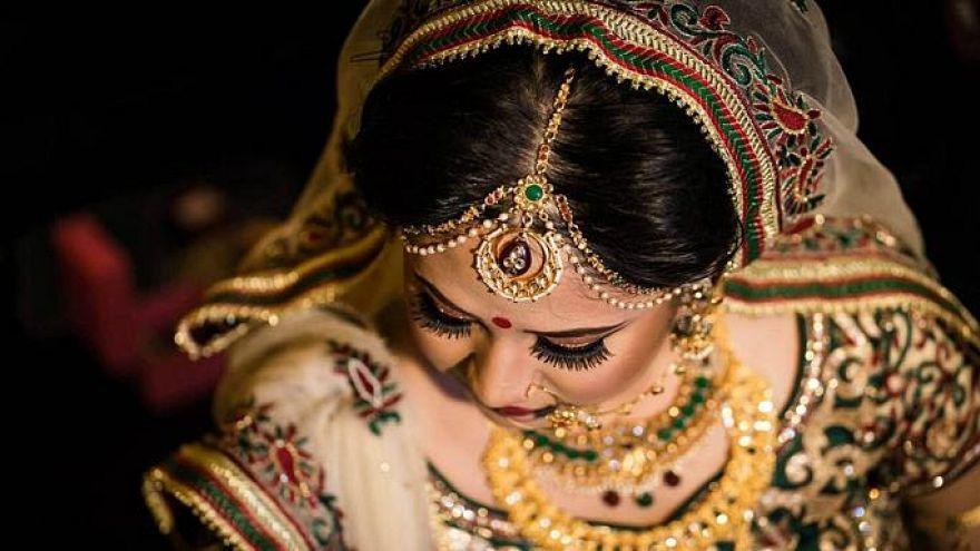 """""""زواج العطلات"""".. عائلات هندية تبيع بناتها الصغيرات لرجال عرب"""