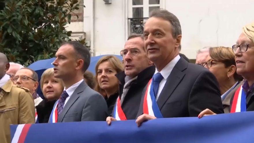 ساسة فرنسيون يحاولون منع مسلمين من أداء صلاة الجمعة في الشارع