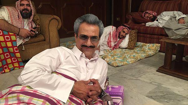 ما حقيقة صورة الوليد بن طلال في محبسه بفندق ريتز؟