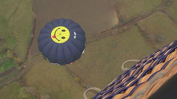 Piloten feiern Jahrestag des ersten bemannten Heißluftballonflugs in Frankreich