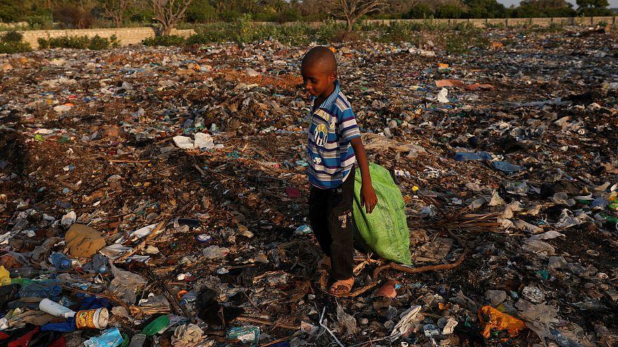 Plastik şişelerle kirlenen Kenya'nın Lamu Adası'nda ilginç bir uygulama