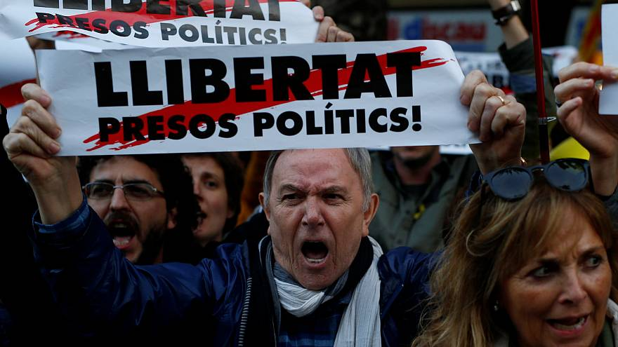 Katalanlar tutuklu siyasiler için Barselona sokaklarında yürüdü