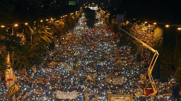 Miles de personas exigen la liberación de los líderes independentistas presos