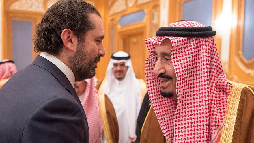 شاهد: الحريري في استقبال العاهل السعودي في مطار الرياض