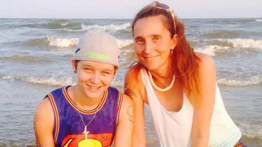 سيدة أمريكية تعقد قرانها على ابنتها بعد طلاقها من ابنها