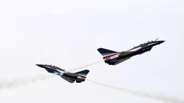 Εντυπωσιακά ακροβατικά στον αέρα από το κινεζικό σμήνος «Μπαγί»