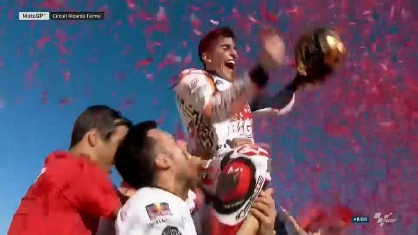 Marquez tetracampeão e Oliveira bebe champanhe