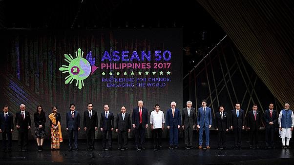 ASEAN Zirvesi el ele başladı