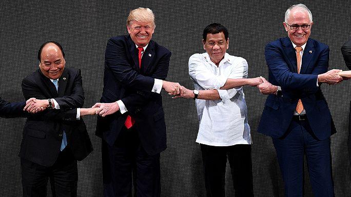 Trump confundido durante el saludo de la unidad de la ASEAN