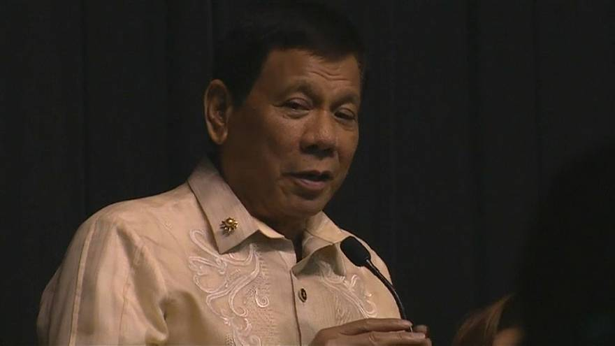 "[Video] Duterte le canta ""tú eres la luz"" a Donald Trump"