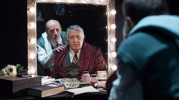 «Ο Αμπιγιέρ»: Μια ερωτική επιστολή στο θέατρο και τους ανθρώπους του