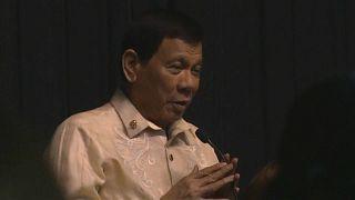 Philippinischer Präsident singt für Trump