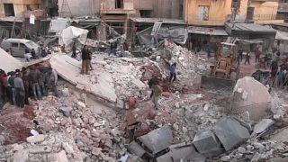 عشرات القتلى في قصف جوي على سوق بريف حلب