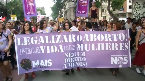 Brasile: donne in piazza contro il divieto d'aborto