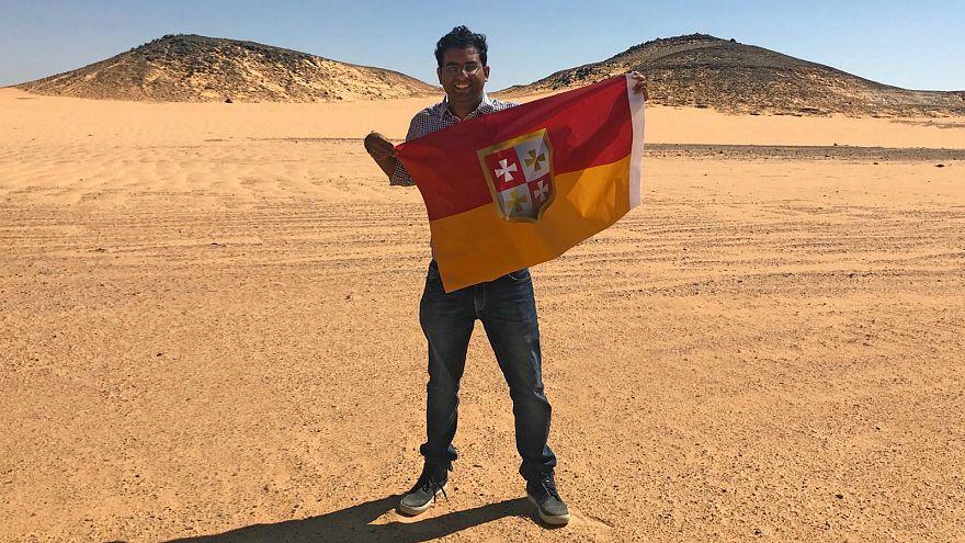مستكشف هندي يعلن نفسه ملكا على أرض عربية