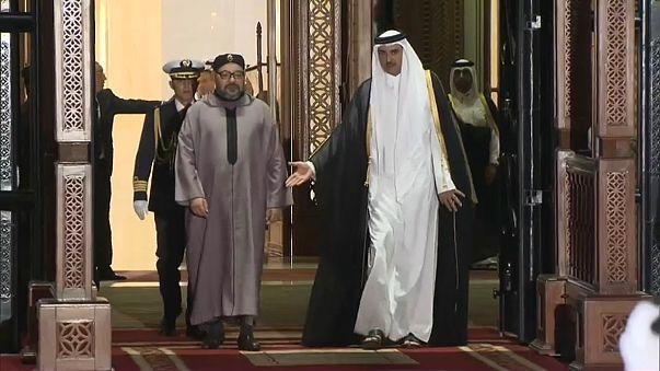 """محمد السادس في الدوحة يحمل وشاح """"لكم العالم ولنا تميم"""""""