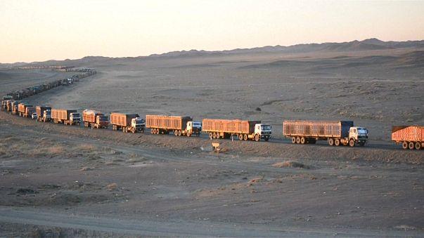 130 Kilometer Stau: Lastwagen stecken in der Mongolei fest