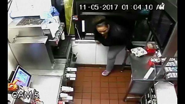 شاهد: سيدة تسطو على مطعم للوجبات السريعة وتسرق ما طاب لها من أطعمة!