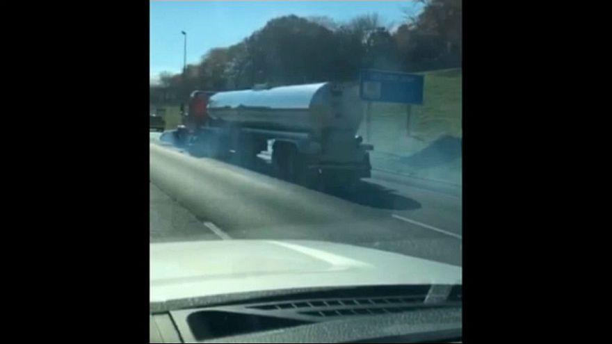 ویدئو؛ خودرویی که در جلوی کامیون گیر افتاد