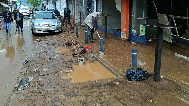 A vihar után most a rengeteg sárral kell megkűzdenie a görögöknek