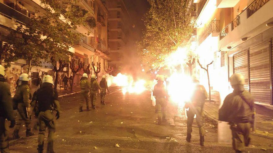 Συλλήψεις μετά τα επεισόδια στο κέντρο της Αθήνας - Εντατικές έρευνες για το ποιος έριξε τη φωτοβολίδα