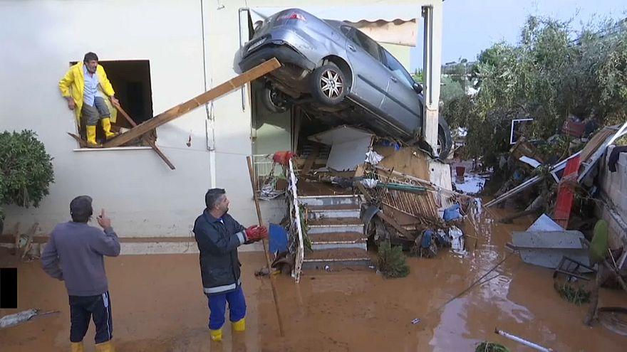 Auto im Hauseingang: die Folgen der Flut in Griechenland