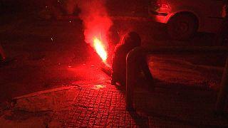 شاهد: إمرأة تصاب بقنبلة مشتعلة خلال مظاهرة في أثينا