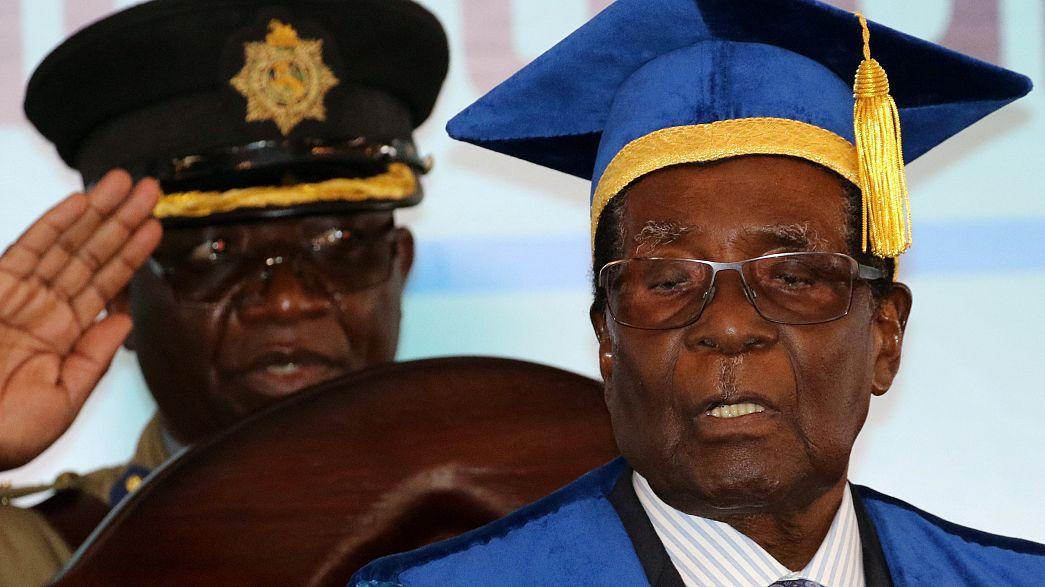 Zimbabwe: Anti-Mugabe protests as pressure piles on veteran leader