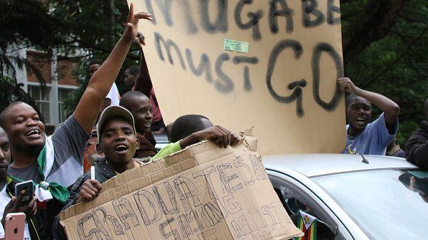 Ζιμπάμπουε: «Ο Μουγκάμπε δεν είναι ο πρόεδρος μας» φωνάζουν οι διαδηλωτές