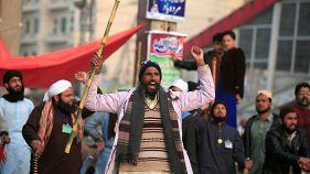 شرطة باكستان تمحو صور النساء