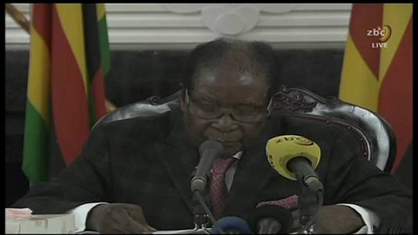 Robert Mugabe resiste no poder