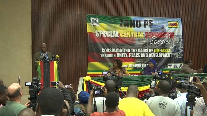 Правящая партия Зимбабве требует ухода Мугабе