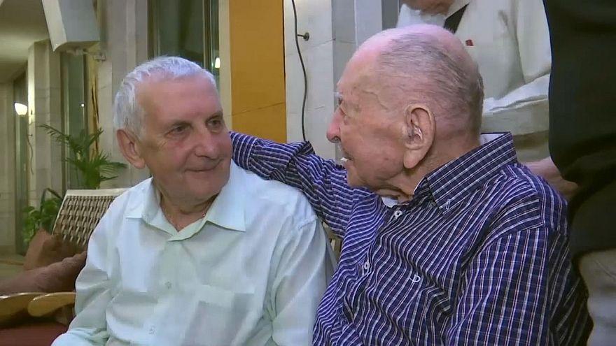 Bewegende Begegnung: 102-Jähriger findet Verwandte