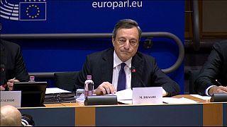 Draghi dice que la recuperación económica tardará en traducirse en subidas salariales