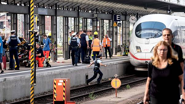 Image: Emergency services stand next to an ICE speed train at aFrankfurt's