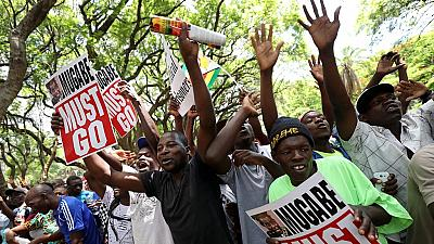 Possible destitution de Mugabe : les Zimbabwéens réagissent