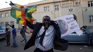Robert Mugabe demite-se e Zimbabué celebra