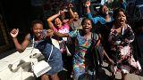 Zimbabve'de Mugabe'nin istifası kutlanıyor