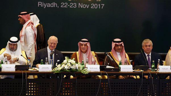 المعارضة السورية تجتمع في الرياض على وقع الضغوط بقبول تسوية