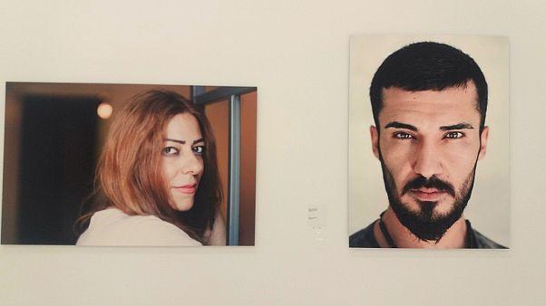Grecia: volti e racconti dei rifugiati in mostra ad Atene