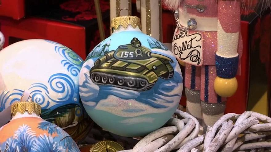 Tankokat és repülőket akasztanak a karácsonyfákra Oroszországban