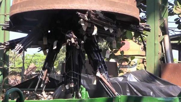 El Salvador funde más de mil armas de fuego