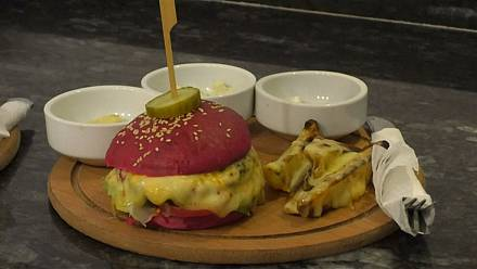 Libyan teen serves up stylish colourful burgers [no comment]