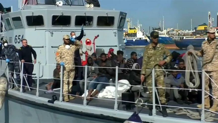 شاهد: خفر السواحل الليبية ينقذ 267 مهاجرا إفريقيا في عرض البحر