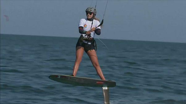مسابقات قایقرانی با کایت زنان و مردان در دریای عمان